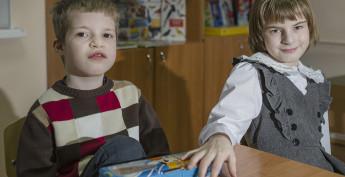 Ульяна (слева) рассказала нам, что Миша — хороший, слушает ее, сейчас они вместе рисуют снеговика, Снегурочку и Деда Мороза.