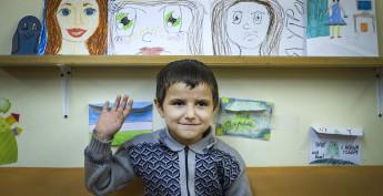 Пятилетний Алишер Муллохабиров приехал в Россию из Таджикистана 4 года назад. Первое слово, которое он запомнил здесь, — слово «Привет». И он говорит его всем с улыбкой, желая найти много новых друзей.