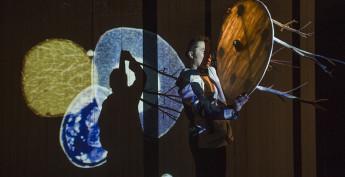 Александр Балсанов предстал в спектакле добрым шаманом, который творит чудеса и радуется исполнению мечты.